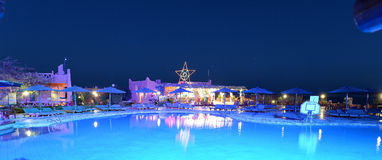 Illuminated swimming pool at night Royalty Free Stock Photography