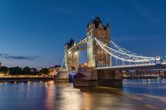 The illuminated Tower Bridge in London Stock Photos