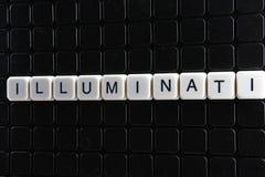 Illuminati-Text-Wortkreuzworträtsel Alphabetbuchstabe blockiert Spielbeschaffenheitshintergrund Weiße alphabetische Buchstaben au Stockfotografie