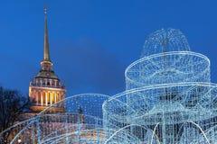 Illumination d'Amirauté et de Noël dans le St Petersbourg Photographie stock