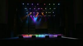 Illumination d'une étape pendant un concert dans l'obscurité clips vidéos