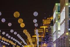Illumination de fête, ballons et lumières contre le contexte de la belle ville moderne de Dnipro de bâtiments photographie stock libre de droits