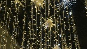 Illumination de fête de rue Plan rapproché En hiver pendant la tempête de neige banque de vidéos