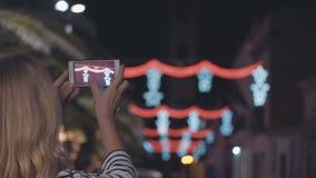 Illumination de fête de selfi de rue de la ville de nuit banque de vidéos