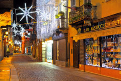 Illumination de Noël sur la rue à la soirée dans alba, Italie. Image stock