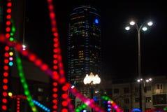 Illumination de nouvelle année dans la ville de nuit photos libres de droits