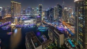 Illumination de nuit du timelapse aérien de marina de Dubaï, EAU banque de vidéos