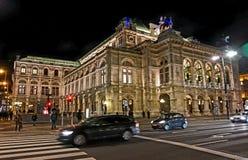 Illumination de nuit de la saucisse Staatsoper d'opéra d'état de Vienne photos stock