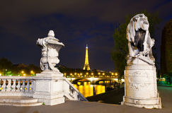 Illumination de nuit sur la passerelle d'Alexandre III Photos stock