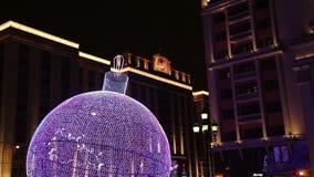 Illumination de vacances de Noël et de nouvelle année la nuit à Moscou, Russie clips vidéos