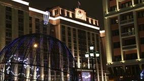Illumination de vacances de Noël et de nouvelle année la nuit à Moscou, Russie banque de vidéos