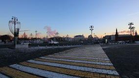 Illumination de vacances de Noël et de nouvelle année dans le pont de Bolshoy Moskvoretsky de centre de la ville de Moscou la nui clips vidéos