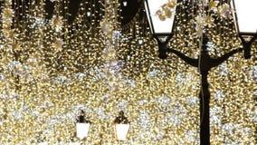 Illumination de vacances de Noël et de nouvelle année extérieure dans la rue de ville la nuit banque de vidéos