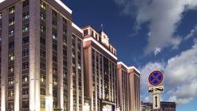 Illumination de vacances de nouvelle année de Noël et bâtiment de la douma d'état de l'Assemblée fédérale de la Fédération de Rus banque de vidéos