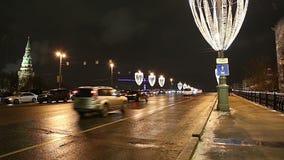 Illumination de vacances de nouvelle année de Noël et grand pont en pierre la nuit, Moscou, Russie banque de vidéos