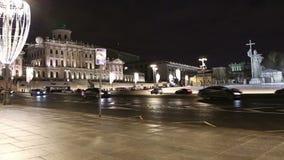 Illumination et monument de vacances de nouvelle année de Noël à prince saint Vladimir le grand sur la place de Borovitskaya à Mo banque de vidéos