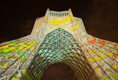 Illumination légère colorée sur le monument d'Azadi de Téhéran Photos stock
