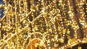Illumination lumineuse de rue de Noël La ville est décorée pour les vacances d'époque de Noël Lumières de nouvelle année décorant banque de vidéos