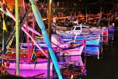 Illuminations de fête dans le port Camogli, Italie Image stock