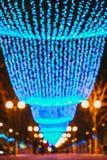 Illuminations de fête de nouvelle année de Noël dans la ville images libres de droits