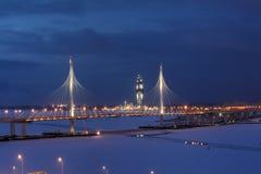 Illuminato alla notte, il ponte stradale cavo-restato attraversa il ri Immagini Stock