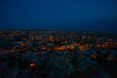 Illuminato alle vie di notte di Goreme, la Turchia, Cappadocia Il centro famoso dei palloni di volo Sull'orizzonte - ha evidenzia immagine stock