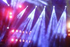 Illuminazione commovente di prestazione sul raggio del raggio luminoso della costruzione Fotografia Stock Libera da Diritti