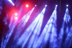 Illuminazione commovente di prestazione sul raggio del raggio luminoso della costruzione Immagine Stock