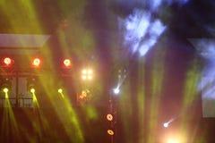 Illuminazione commovente di prestazione sul raggio del raggio luminoso della costruzione Fotografia Stock