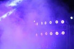 Illuminazione commovente di prestazione sul raggio del raggio luminoso della costruzione Fotografie Stock Libere da Diritti
