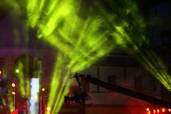 Illuminazione commovente di prestazione sul raggio del raggio luminoso della costruzione Immagini Stock