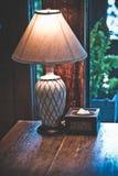 Illuminazione decorativa d'annata della lampada di scrittorio fotografie stock libere da diritti