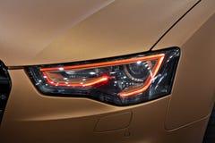 Illuminazione del faro dell'automobile Fotografia Stock