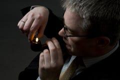 Illuminazione dell'uomo d'affari sul tubo di tabacco Immagini Stock