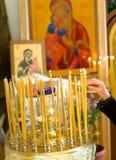 Illuminazione della candela nella chiesa Fotografie Stock Libere da Diritti