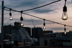 Illuminazione di lampadine elettrica sopra a Seoul, Corea del Sud immagine stock libera da diritti