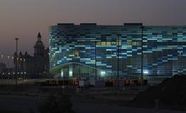 Illuminazione di notte del palazzo olimpico di inverno degli sport fotografie stock