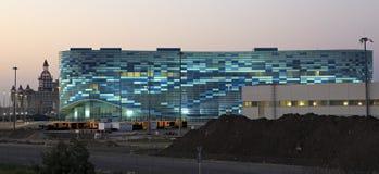 Illuminazione di notte del palazzo olimpico di inverno degli sport Immagini Stock