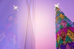 Illuminazione di notte della celebrazione del nuovo anno e di Natale nel tema pastello variopinto Immagine Stock