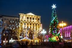 Illuminazione di notte delle vie di Mosca sulla notte di Natale Immagine Stock