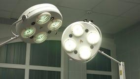 Illuminazione di teatro della chirurgia del pronto soccorso di funzionamento nell'ospedale per permettere al chirurgo di vedere b Fotografie Stock