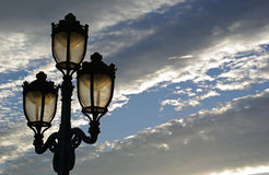 Illuminazione di via al tramonto Fotografie Stock Libere da Diritti
