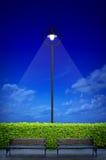 Illuminazione di via con il banco due Fotografia Stock