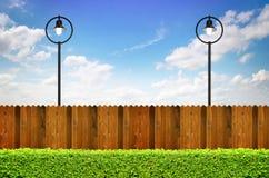 Illuminazione di via e recinto di legno Immagine Stock