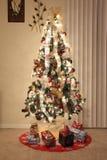 Illuminazione e decorazioni dell'albero di Natale Fotografie Stock Libere da Diritti