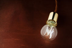 Illuminazione economica moderna del LED Lampada del LED su una tavola di legno immagine stock
