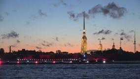 Illuminazione festiva alla vecchia fortezza di Paul e di Peter St Petersburg archivi video