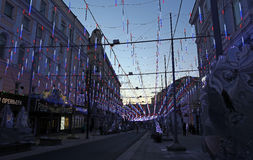 Illuminazione festiva sulla via di Bolshaya Dmitrovka a Mosca Fotografia Stock Libera da Diritti