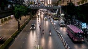 Illuminazione luminosa di notte con traffico in via con l'effetto di orizzonte dello specchio, lasso di tempo Molte automobili ch archivi video