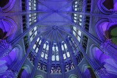 Illuminazione nella cattedrale a Beauvais Francia fotografia stock